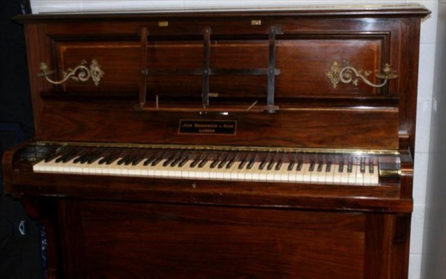Vavel.gr | Μέσα σε παλιό πιάνο βρέθηκε κρυμμένος θησαυρός με εκατοντάδες χρυσές λίρες!