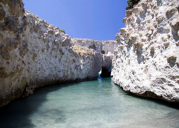 Αυτή η ελληνική παραλία, άσπρη σαν το γάλα...σε περιμένει να την πιεις στο ποτήρι
