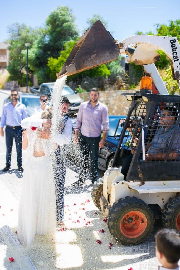 Με μπουλντόζα...έθαψαν στο ρύζι νύφη και γαμπρό στα Χανιά