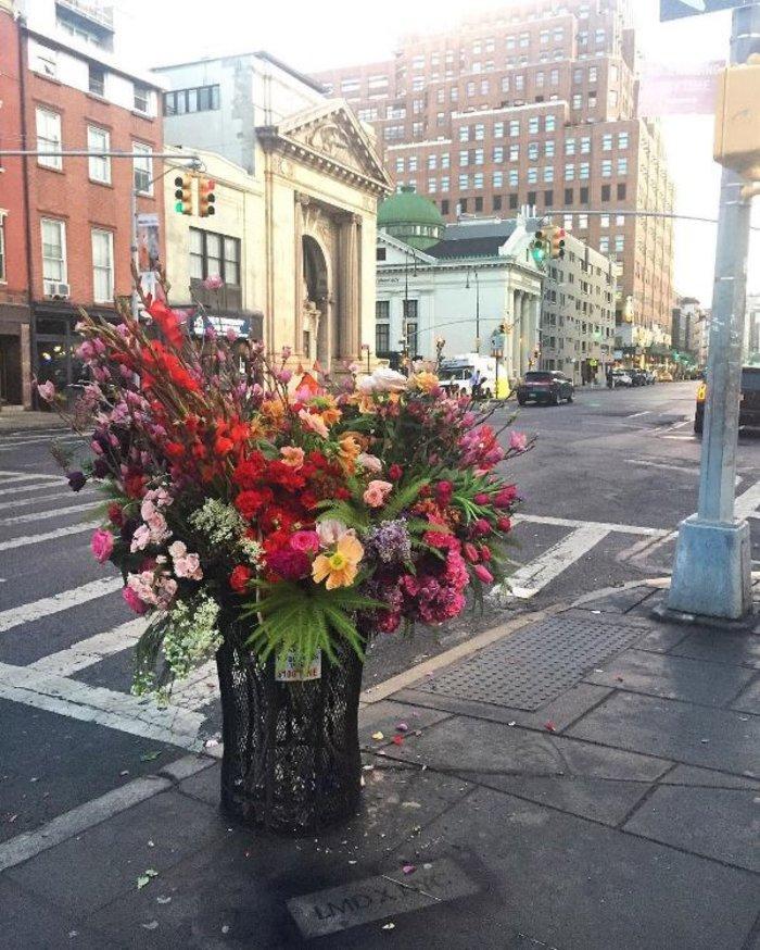 Vavel.gr | Μετέτρεψε σε ανθοδοχεία τους κάδους απορριμάτων της Νέας Υόρκης