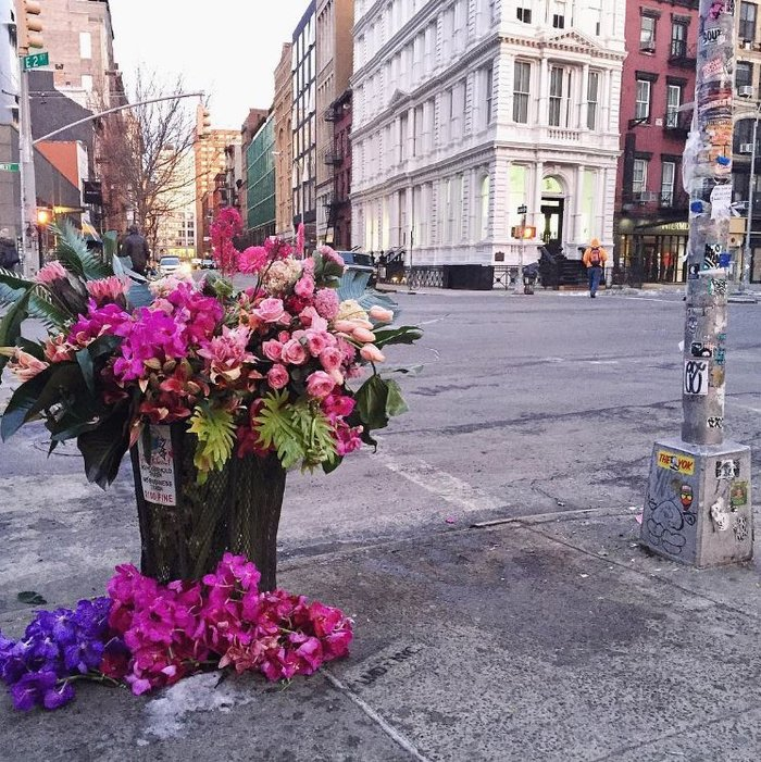 Μετέτρεψε σε ανθοδοχεία τους κάδους απορριμάτων της Νέας Υόρκης