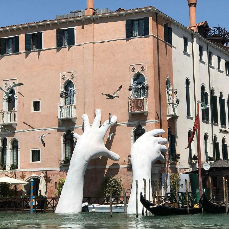 Γιγάντια χέρια βγαίνουν μέσα από κανάλι της Βενετίας για έναν σοβαρό περιβαλλοντολογικό λόγο