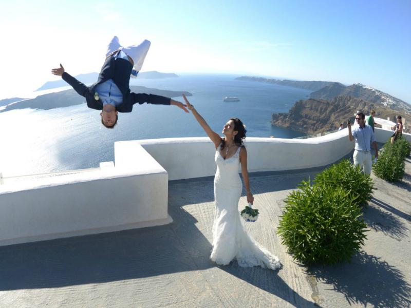 Μία αλλιώτικη φωτογράφιση γάμου στη Σαντορίνη -Ο γαμπρός έκανε παρκούρ, η νύφη τον κρατούσε