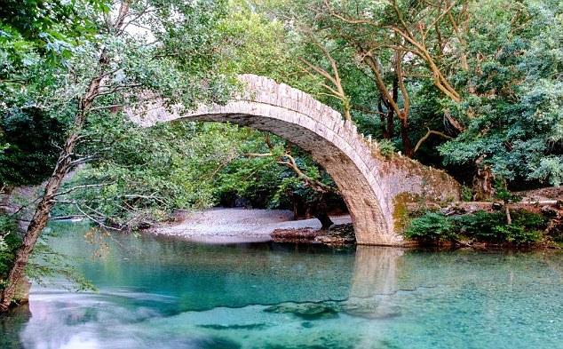 Vavel.gr | Η Daily Mail παραληρεί με ελληνικό προορισμό: «Πηγαίνετε προτού μολυνθεί από τους τουρίστες»!