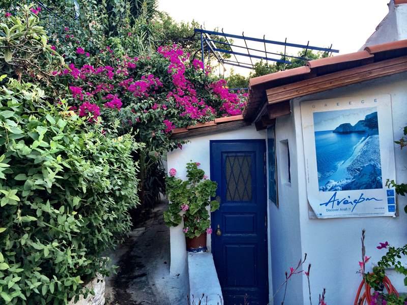 Η Liberation ερωτεύτηκε τα Αναφιώτικα -«Μια ιερή περίμετρος, ένα νησί»