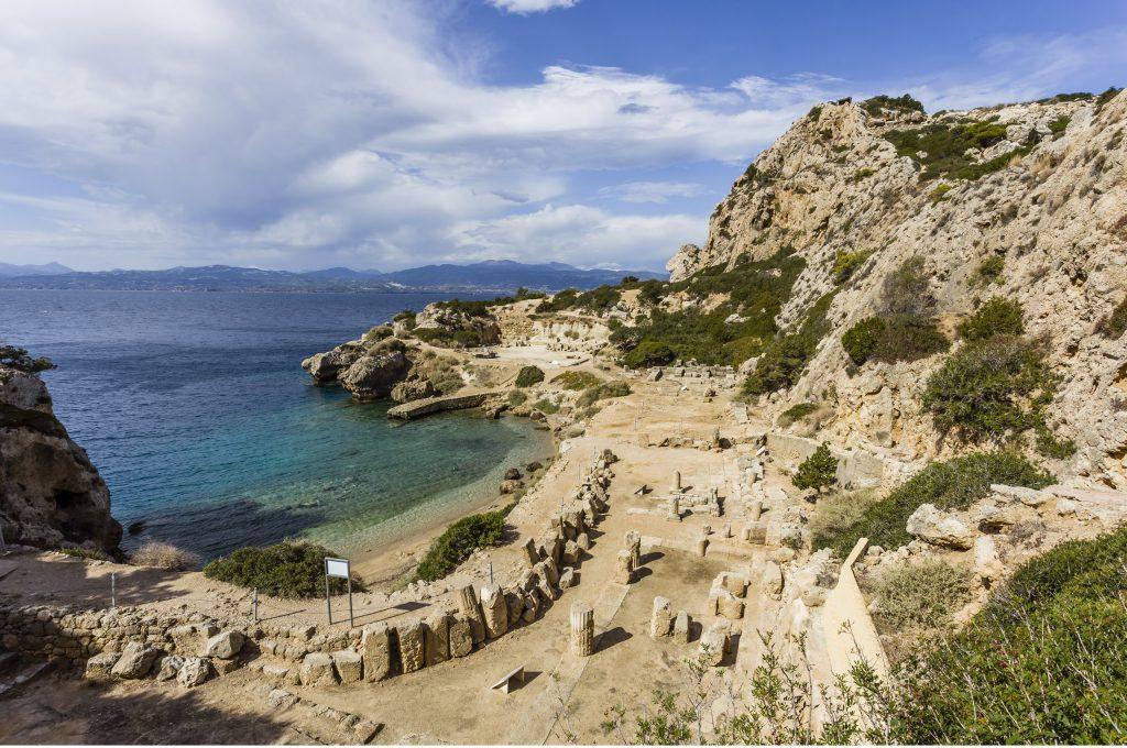 Η «Γαλάζια Λίμνη» που απέχει μόλις μία ώρα από την Αθήνα, έχει θέα το ναό της Ηρας