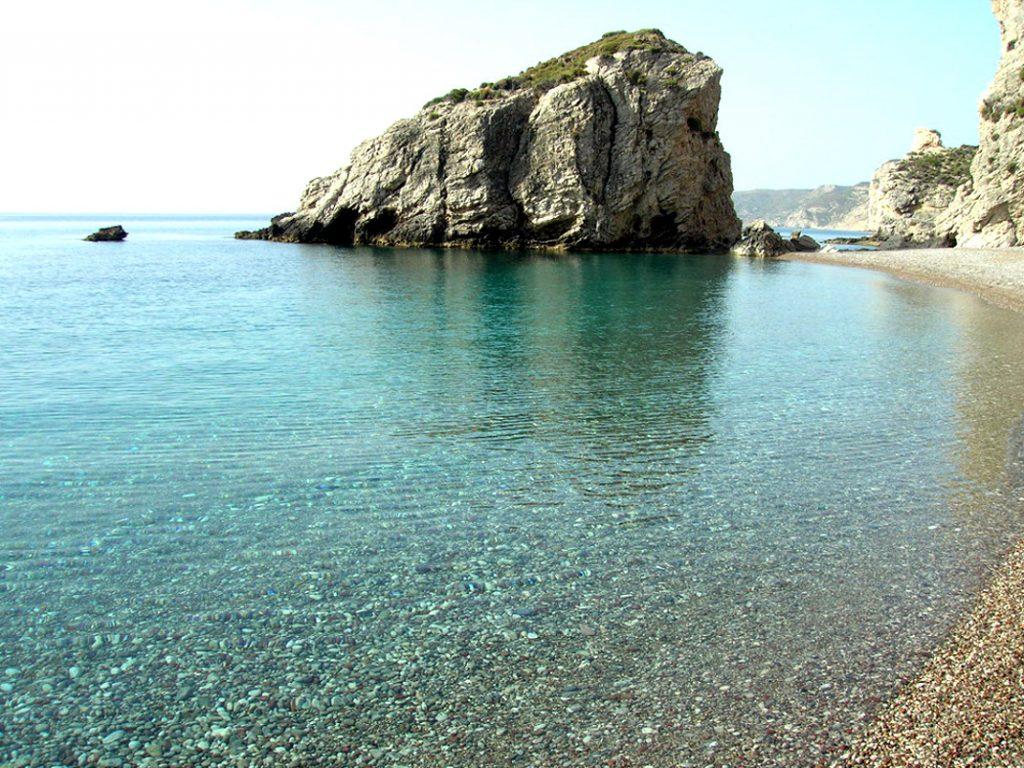 Κι όμως αυτό το υπέροχο νησί με τα σμαραγδένια νερά, υπάγεται στο νομό Αττικής