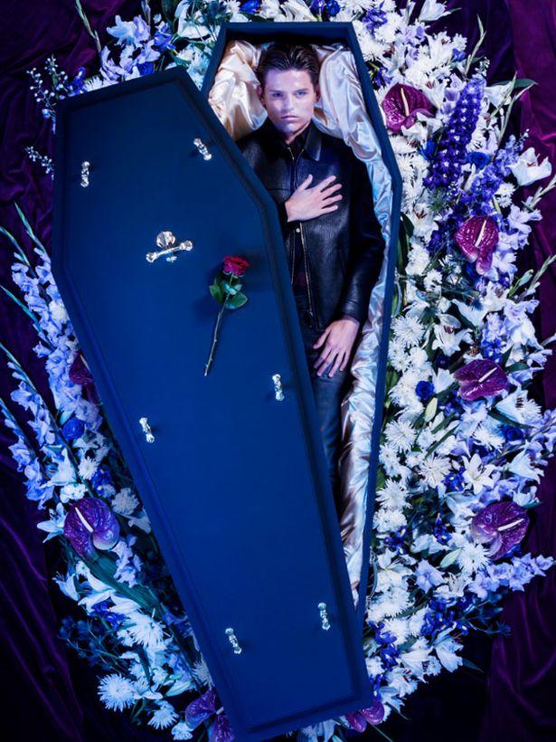 Η πιο μακάβρια ιδέα οίκου μόδας - Σχεδιάζουν στιλάτα ρούχα για... νεκρούς