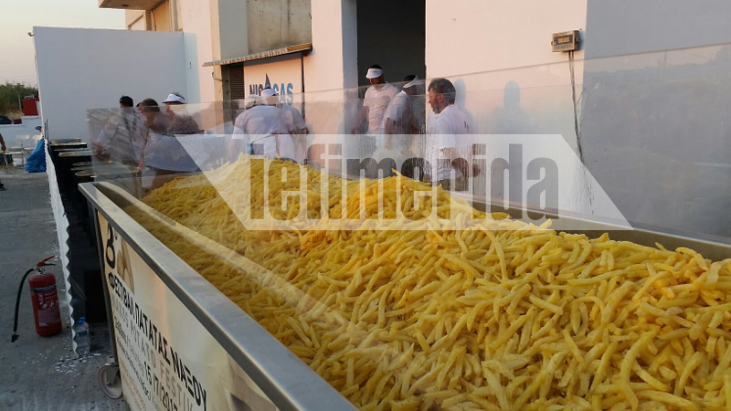 Η Νάξος μπήκε στο Γκίνες! Τηγάνισαν 495 κιλά πατάτες
