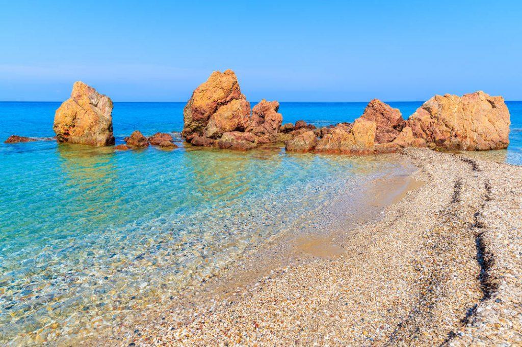 Ποτάμι ή θάλασσα; Σε αυτή τη μαγευτική παραλία με τα κρυστάλλινα νερά θα βρεις και τα δύο