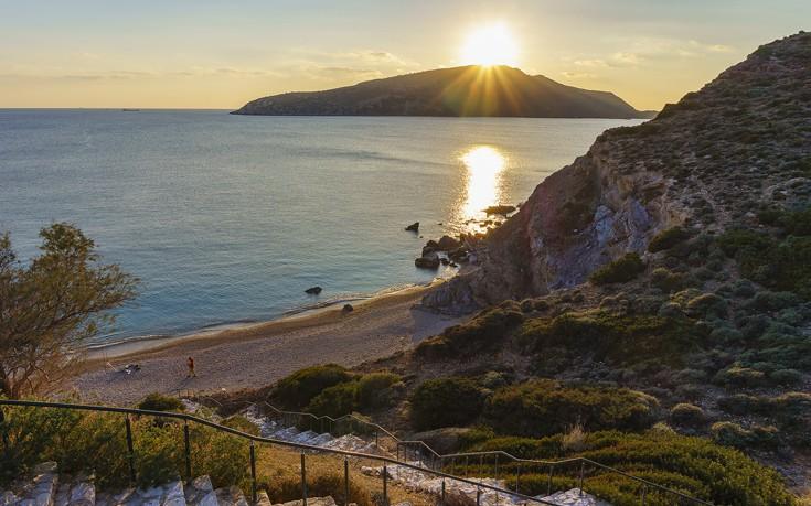 Ακρογιάλι που θυμίζει νησί...κι όμως αυτή η παραλία βρίσκεται στην Αττική!
