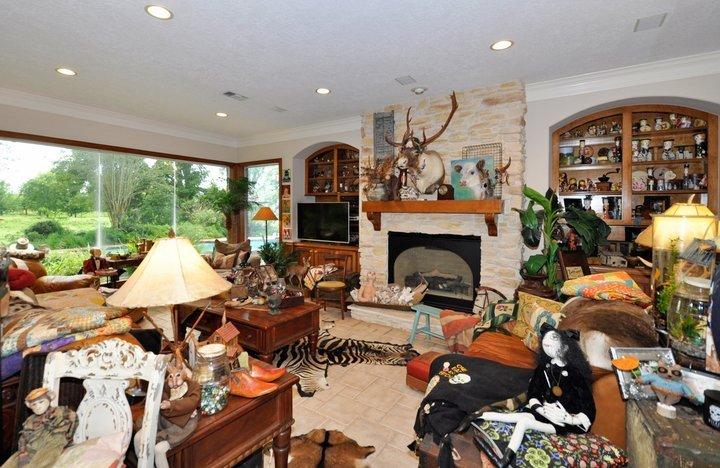 Δεν μπορείτε να φανταστείτε πώς είναι το εσωτερικό αυτού του, φαινομενικά φυσιολογικού, σπιτιού προς πώληση
