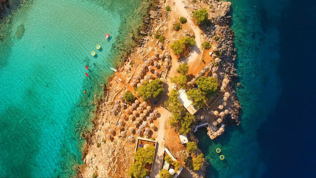 Αυτό το νησάκι θα μπορούσε να βρίσκεται στην Καραϊβική αλλά απέχει μόλις μια ώρα από τον Πειραιά