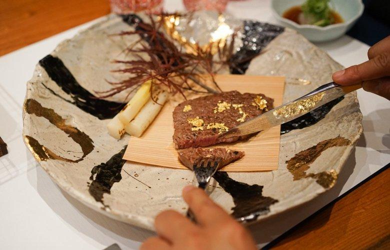 Το εστιατόριο των 600$ το άτομο που σερβίρει μπριζόλες με χρυσό!