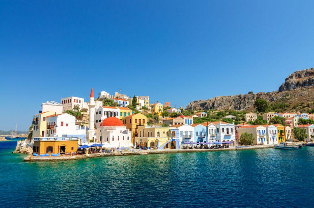 Σε αυτό το πολύχρωμο νησί δεν χρειάζεστε ούτε ξαπλώστρα ούτε αυτοκίνητο