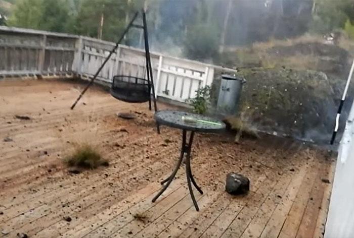 Άντρας καταγράφει κεραυνό σε βίντεο που αμέσως μετά καταστρέφει την αυλή του