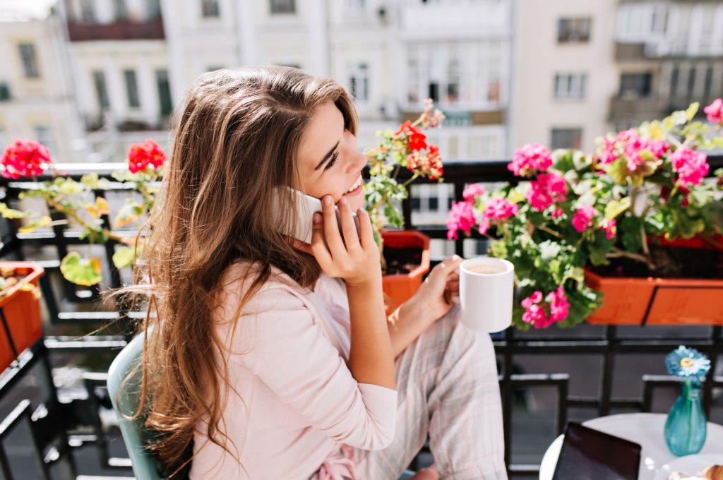 Έρευνα αποκαλύπτει ποιο είναι το καλύτερο αυτί για να μιλάς στο κινητό (!)