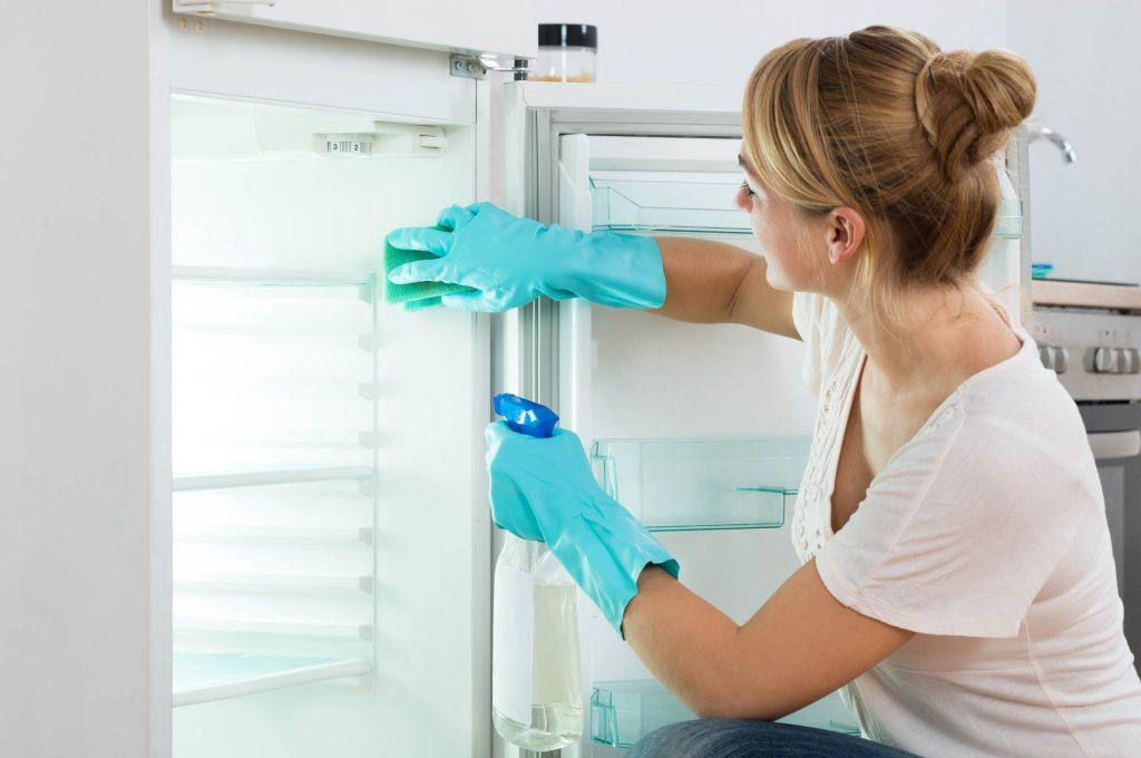 Ο πιο γρήγορος τρόπος να κάνεις απόψυξη στο ψυγείο σου